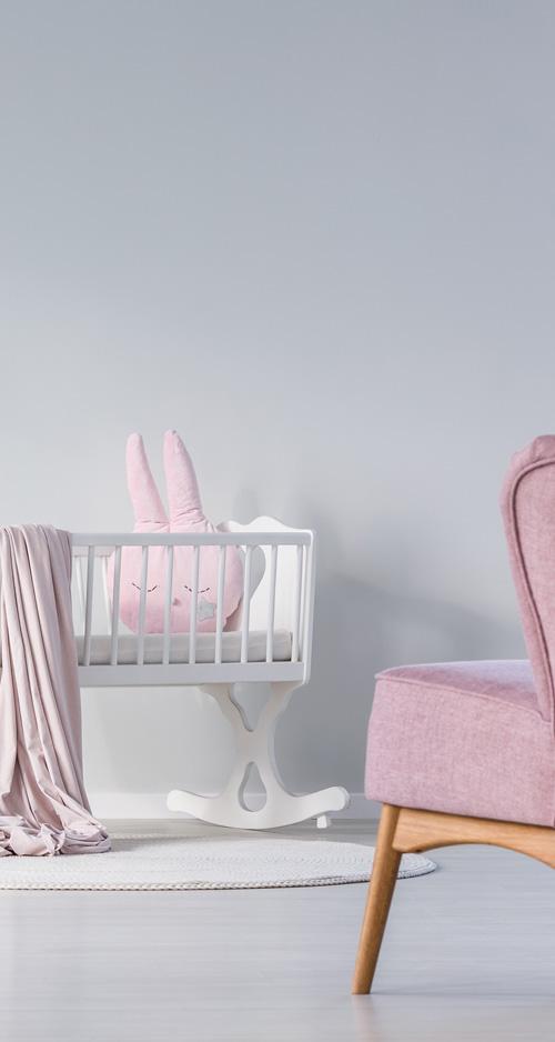 bedje en stoel in het babyhuis