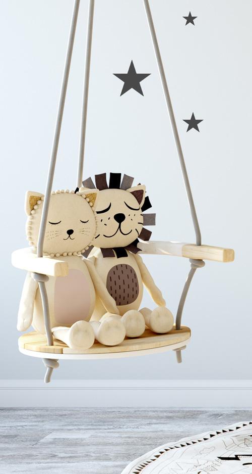 speelgoed schommel in het babyhuis