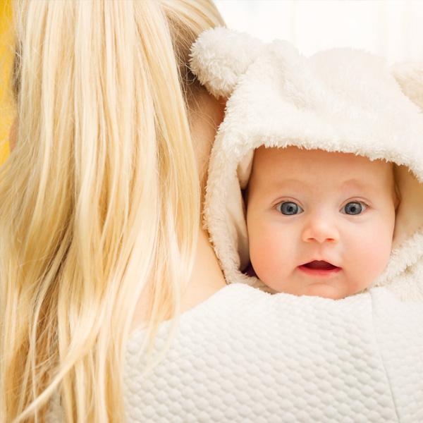 baby op de schouders van een moeder
